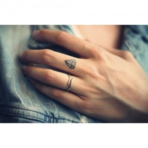 Minimal-Finger-Diamond-Tattooideas
